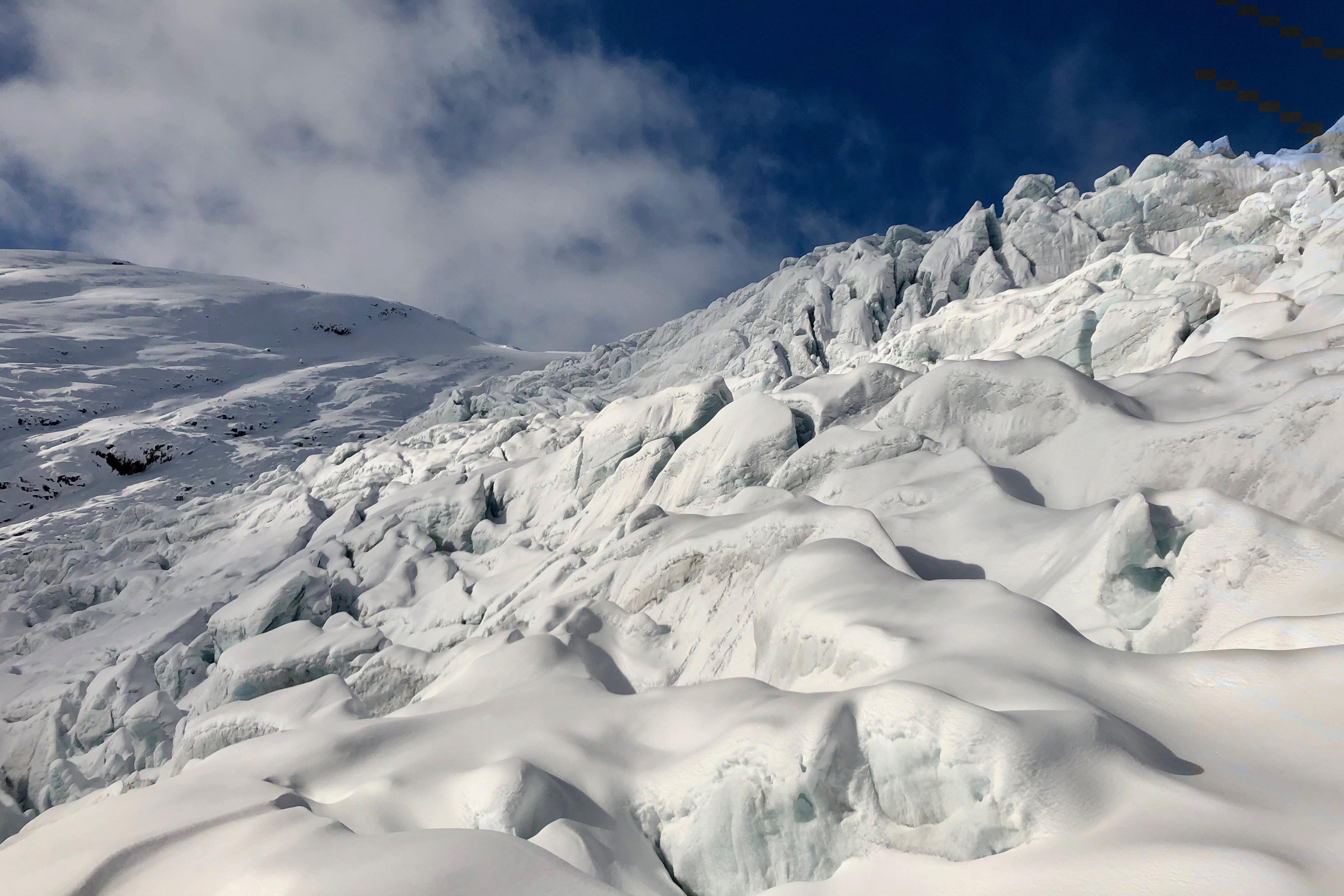 Den oppsrukne delen av Tuftebreen med større sprekker, tårn og isvegger.
