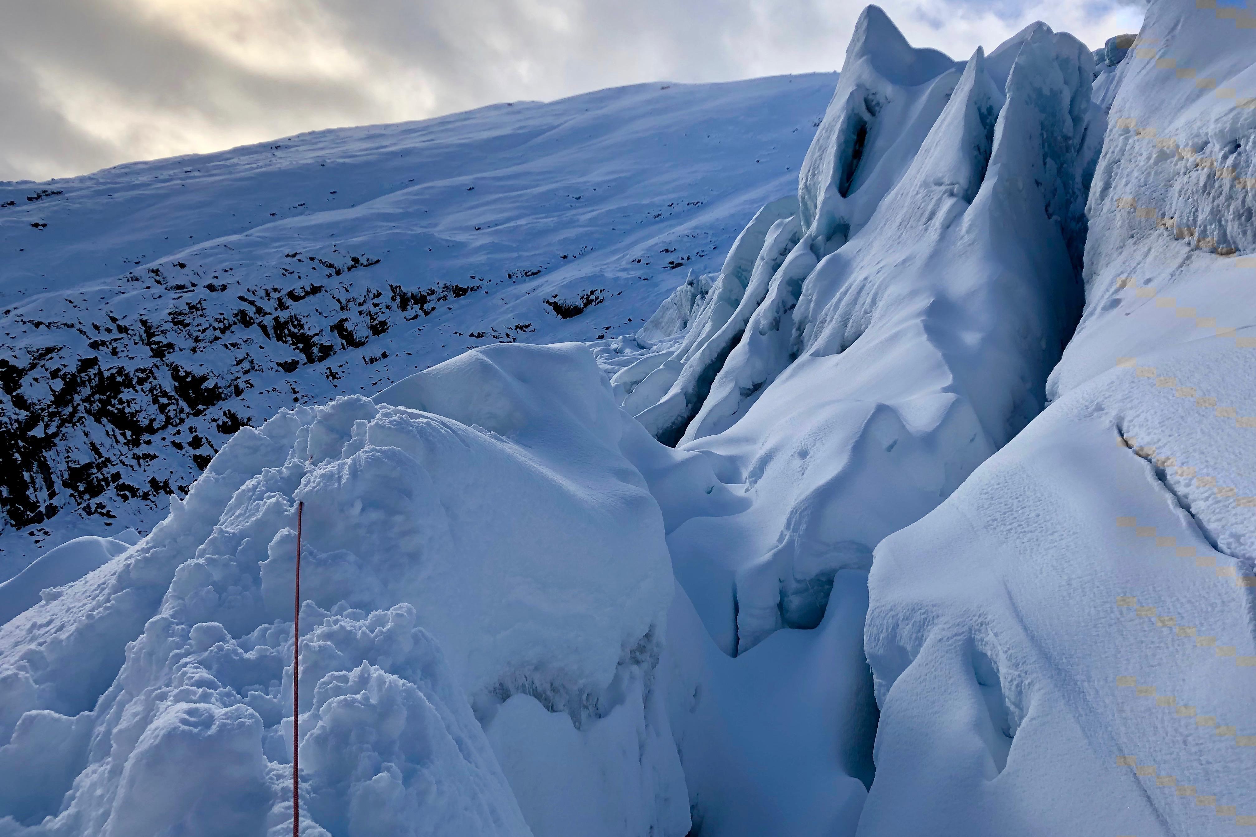 Tuftebreen har masse spennende is, men det mest uppsprukne området kan være krevende å passere.