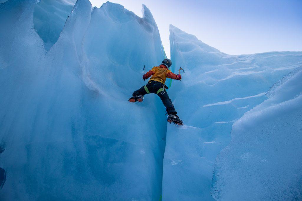 Isklatring i en bresprekk på Tuftebreen.