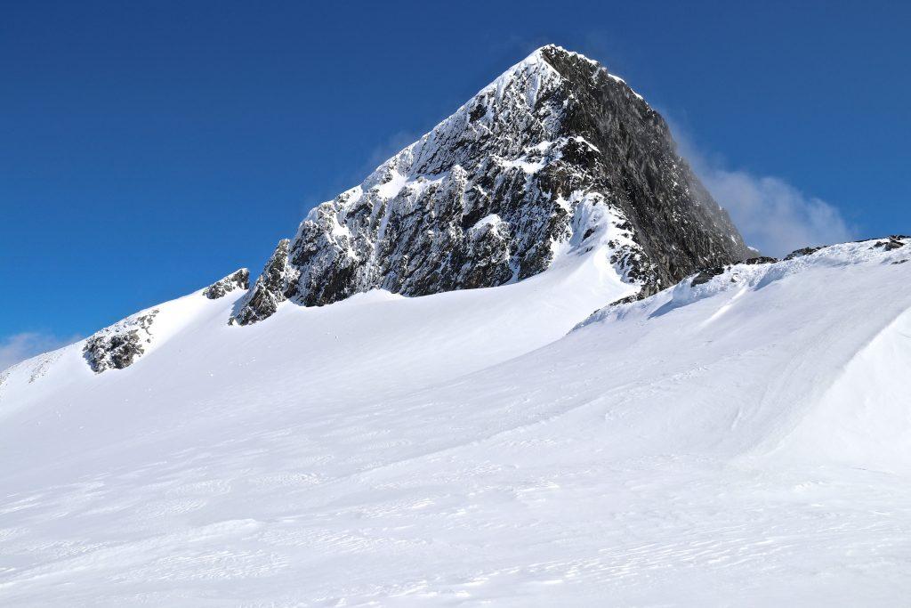 Lodalskåpa (2.083 moh) er det høyeste fjellet i området rundt Jostedalsbreen.