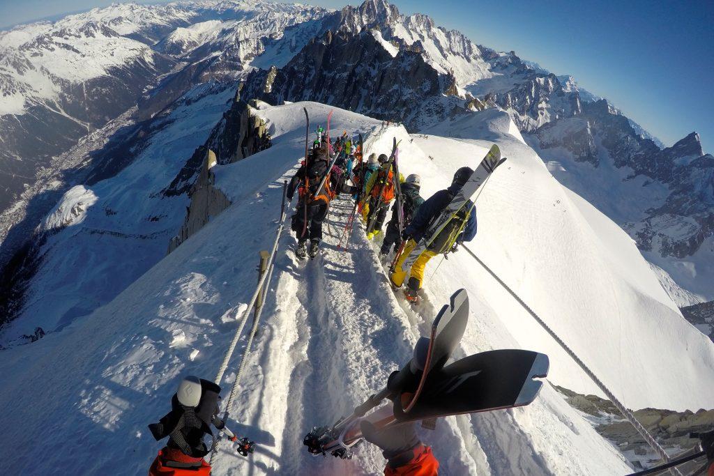 Det kan være folksomt på morgenen ned østryggen til Aigulle du Midi (3.842 moh).