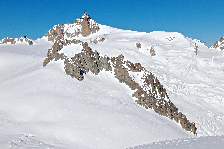 Nunataket Gros Rognon (3.541 mot) deler Clacier du Géant og Vallée Blanche. Aiguille du Midi (3.842 moh) bak.