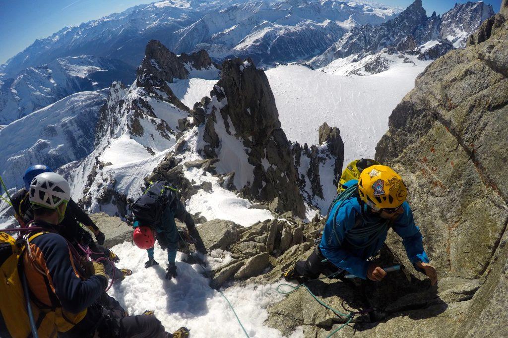 Mye klyving og enkel klatring når Aiguilles Marbrées i Mont Blanc-massivet bestiges.