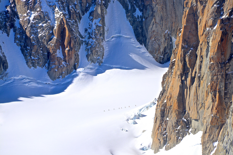 En gruppe på ski over breen Glacier du Géant mellom Kuffner traversen og Trident du Tacul.