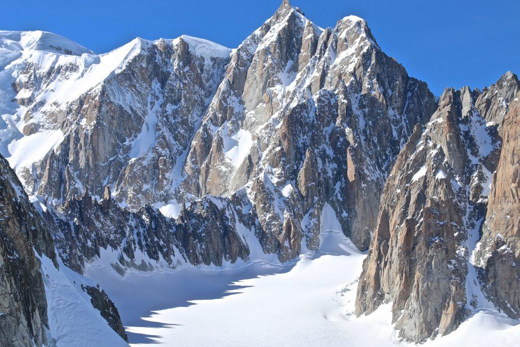 Mont Maudit (4.464 moh) med den kvasse Kuffner traversen. En gruppe på ski er på vei om Glacier du Géant.