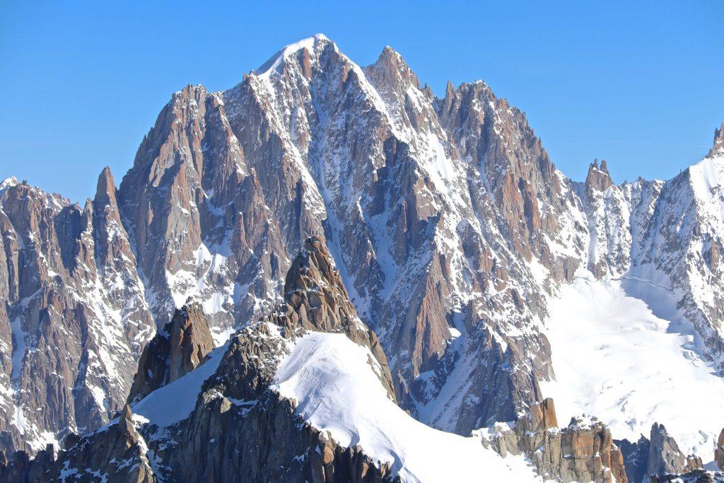Aiguille Verte (4.122 moh) med Aiguille du Plan (3.673 moh) i forgrunnen.