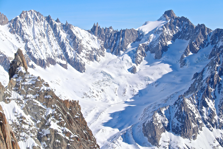 Glacier de Talèfre omgitt av alpine tinder som Aiguille Verte (utenfor bildet), Les Courtes (3.856 moh) og Pointe Isabella (3.761 moh).