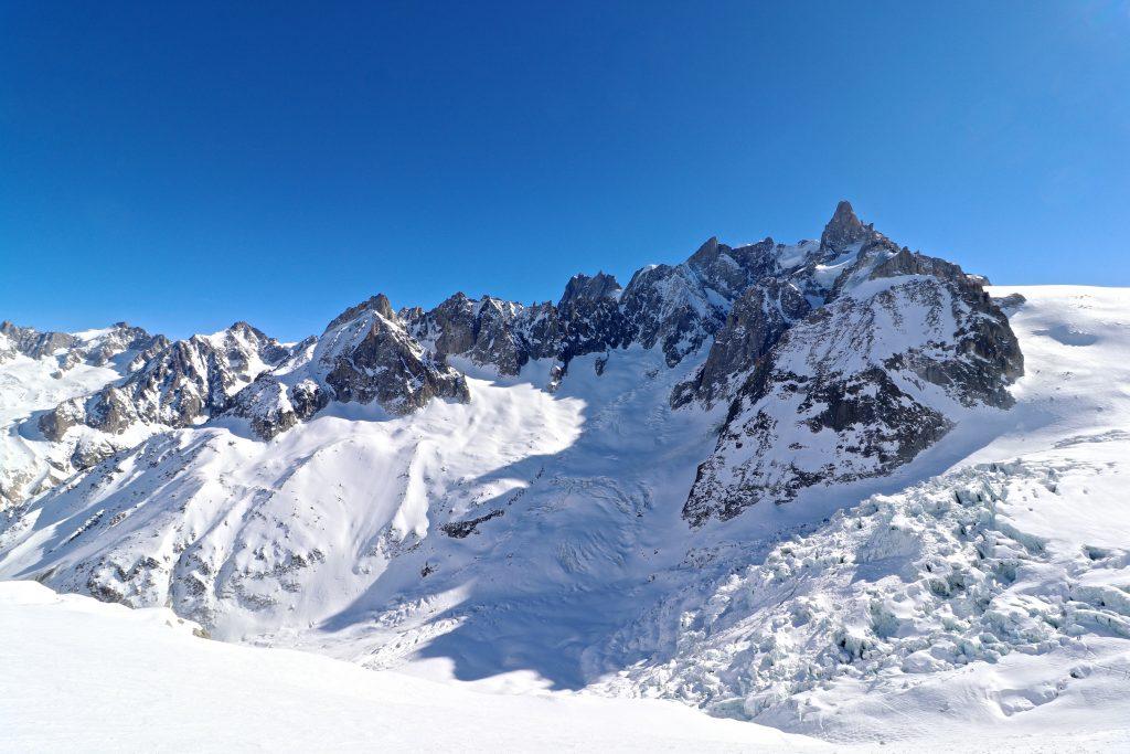 Glacier du Géant med Dent du Géant (4.013 moh) bak er noe av omgivelsene på Vallée Blanche.
