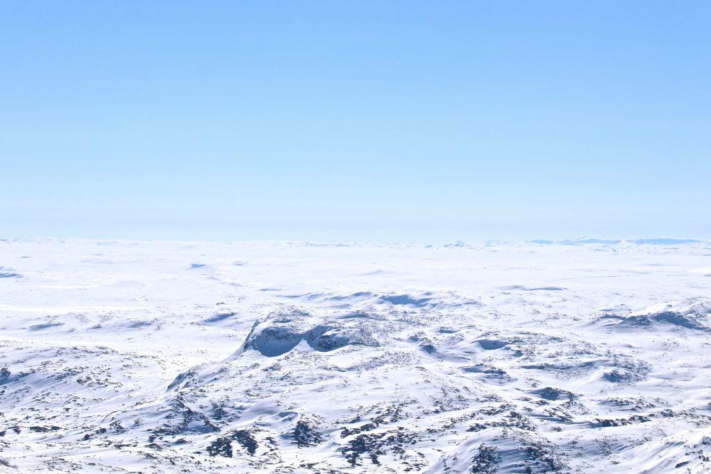 Den vestlige delen av Hardangervidda med Sandfloegga og Nupsegga bak til høyre. Her sett fra Folarskardnuten.
