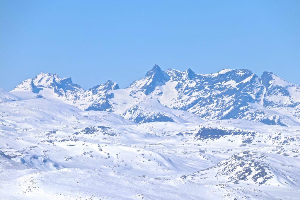 Utsikt fra Høgeloft på Filefjell mot blant annet Dyrhaugstindane og Storen (Store Skagastølstind) (2.406 moh).