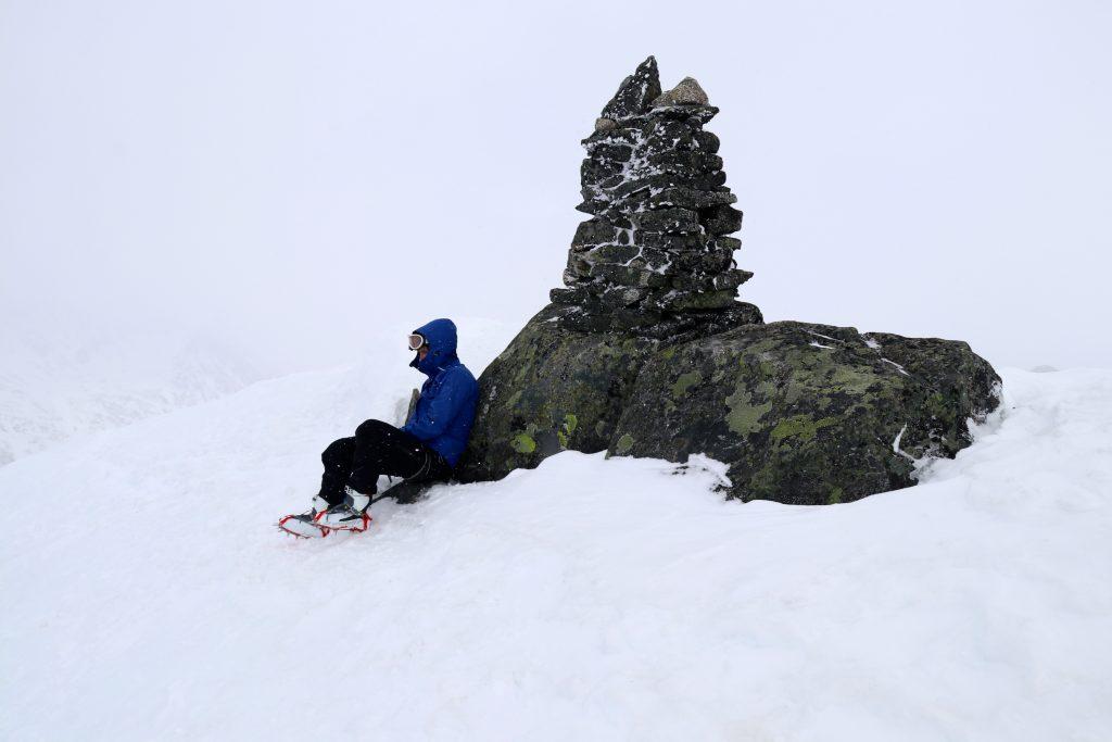 Toppvarden på Geite (2.002 moh) en grå og vindfull dag.