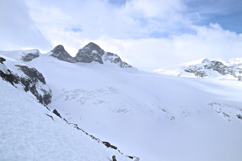 Utsikt fra Geite (2.002 moh) mot Storbrean, Kniven og Store Smørstabbtind.