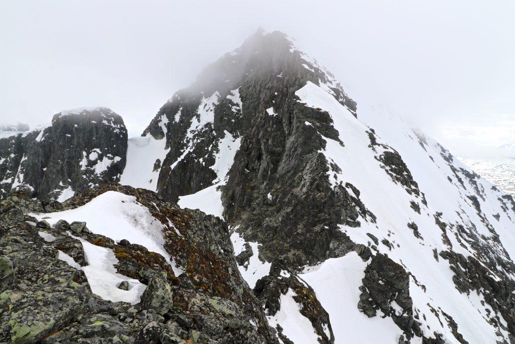 Ryggen opp til Store Soleibotntinden fra skadet etter Nørdre Soleibotntinden.
