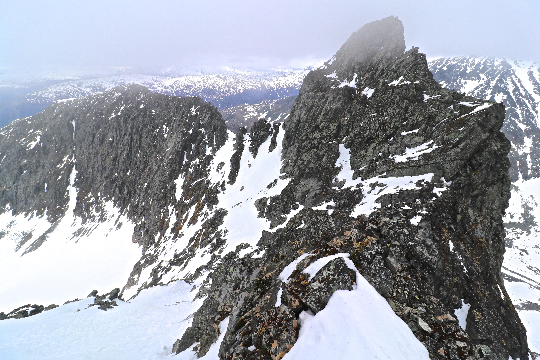 Nørdre Soleibotntinden (2.030 moh) med Lauvanostinden bak.