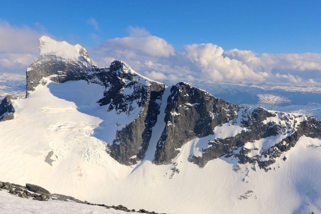 Vestre- og Store Austanbottstind (2.203 moh) sett fra Store Soleibottstind (2.083 moh).