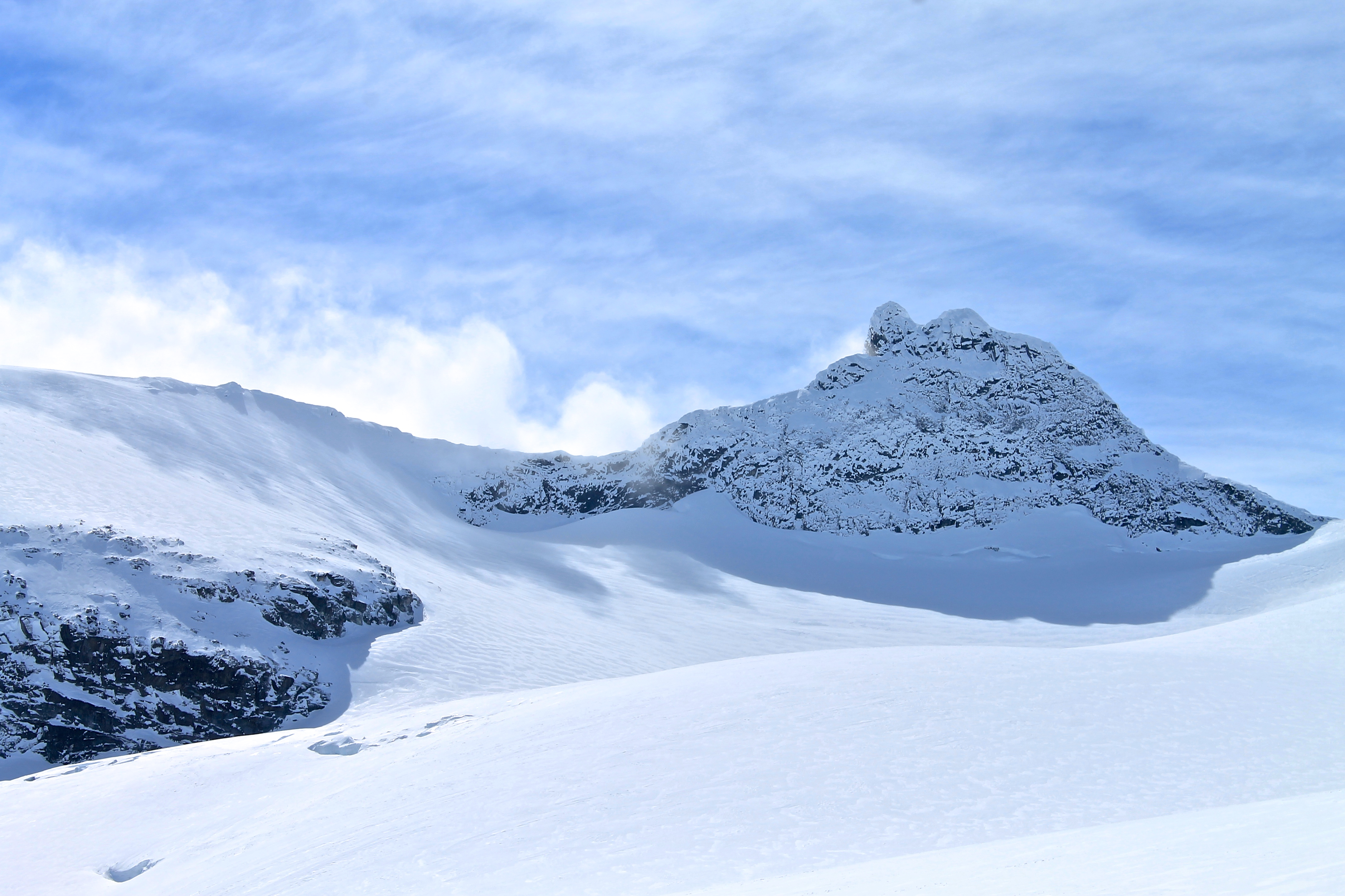 Sokse (2.189 moh) med den kvasse østryggen sett fra Storbrean.