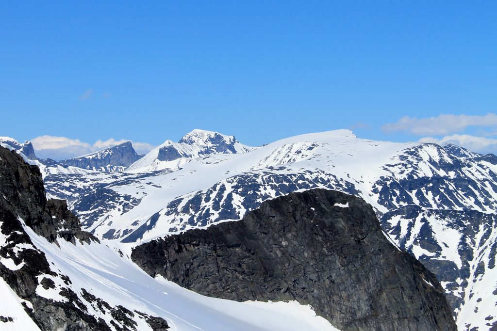 Geite (2.002 moh) sin sørlige og stupbratte fjellside, med Bukkehøe og Galdhøpiggen i bakgrunnen.