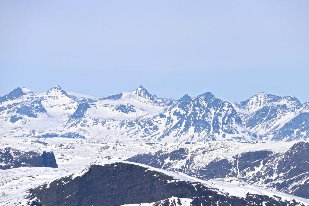 Tofinnstindene (2.118 moh) sett fra toppen av Ranastongi.