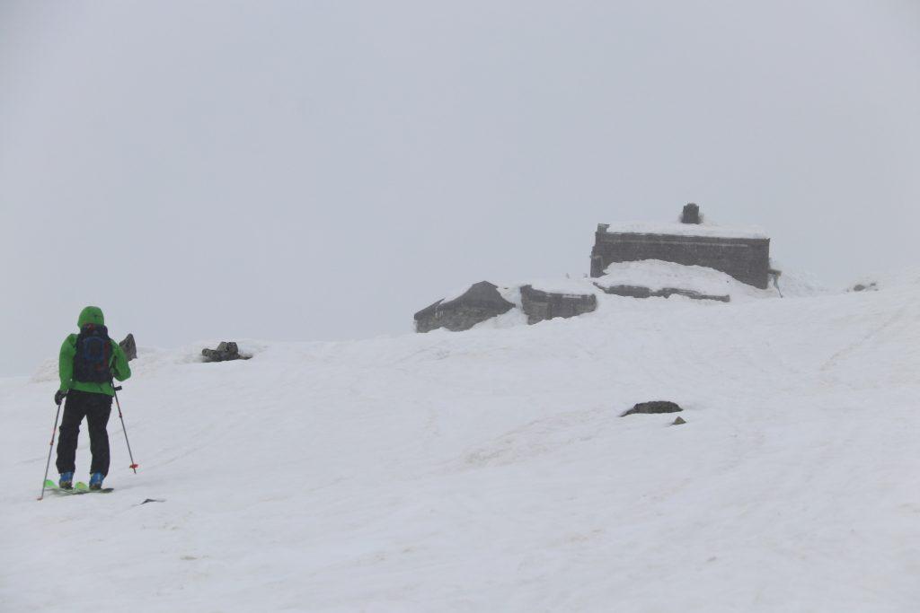 Det kan være værhardt og dårlig sikt på toppen av Fannaråki. På fine dager er det en utrolig flott utsikt, særlig mot Hurrungane.