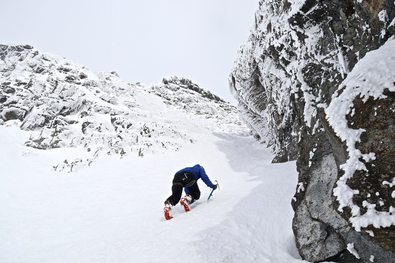 På vei opp den bratte rennen som leder opp til toppen av Sokse (2.189 moh).