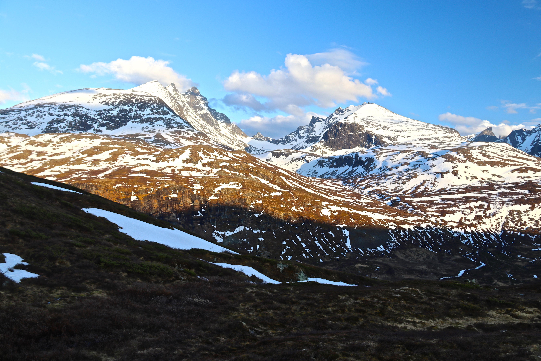 Den ikoniske utsikten innover Skagestølsdalen med Skagestølstindene og Dyrhaugstindene på hver sin side.