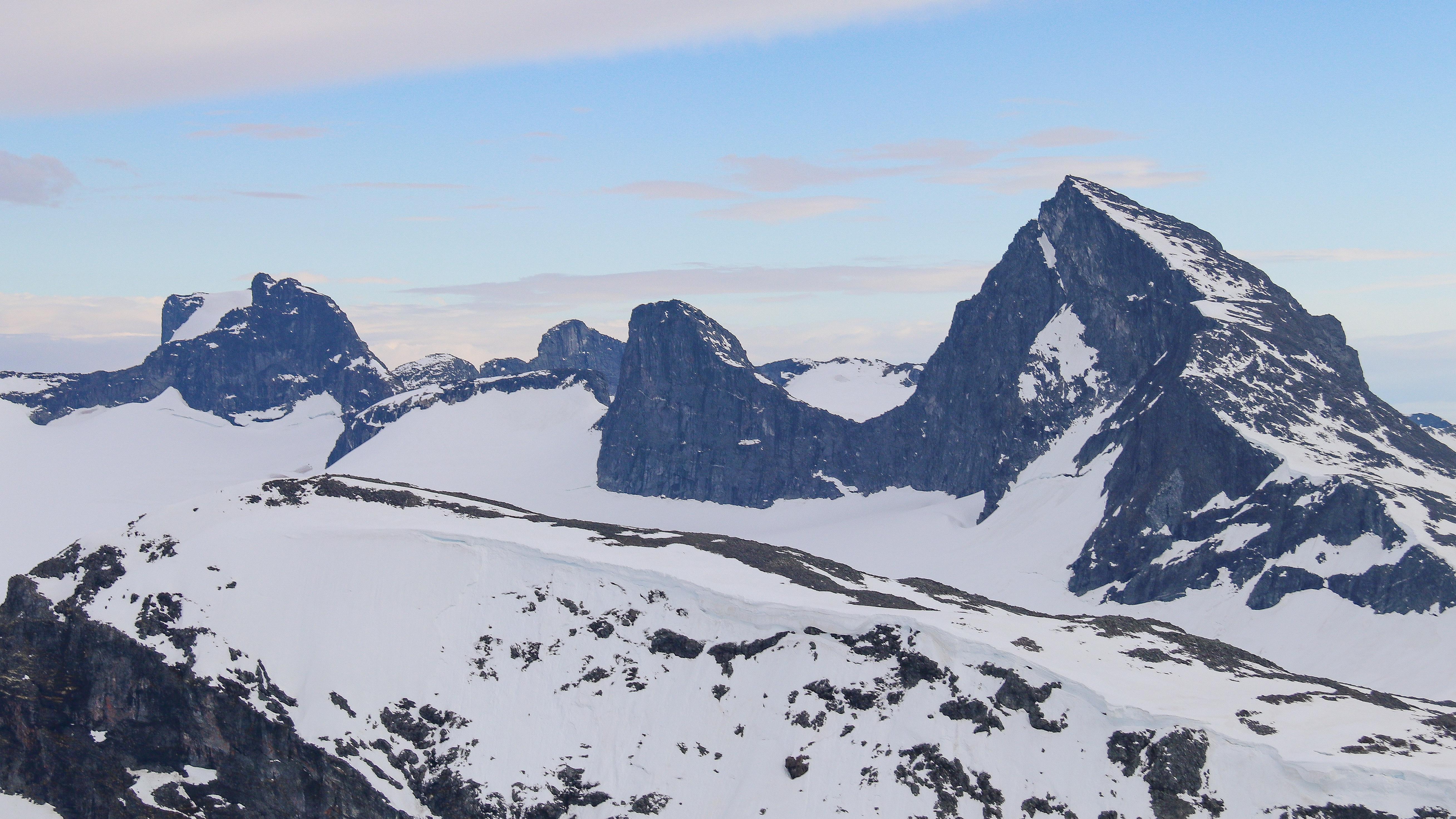 Utsikt mot Smørstabbtindene fra Bakarste Skagsnebb (2.093 moh).