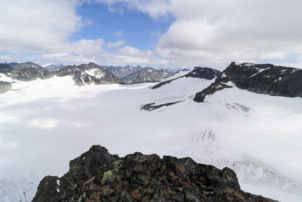 Utsikt fra Vestre Tverrbottinden mot Søre Illåbrean, Bukkeholstindan, samt Midtre- og Store Tverrbottindan.