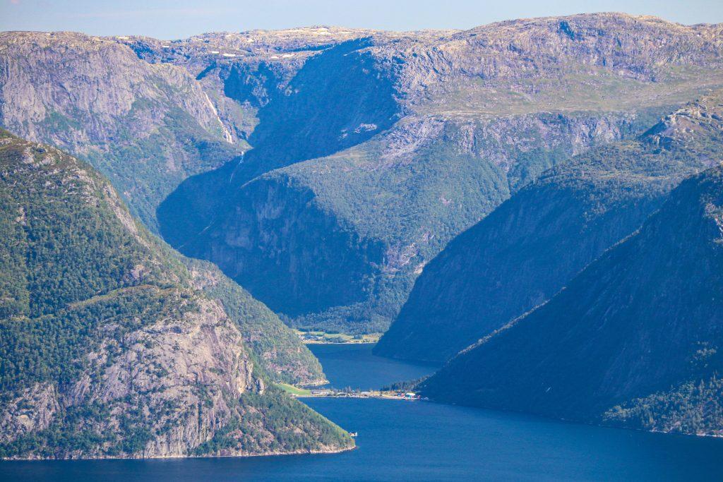 Utsikt inn mot Søreide i Fuglsetfjorden og mot Øystrebøvatnet.