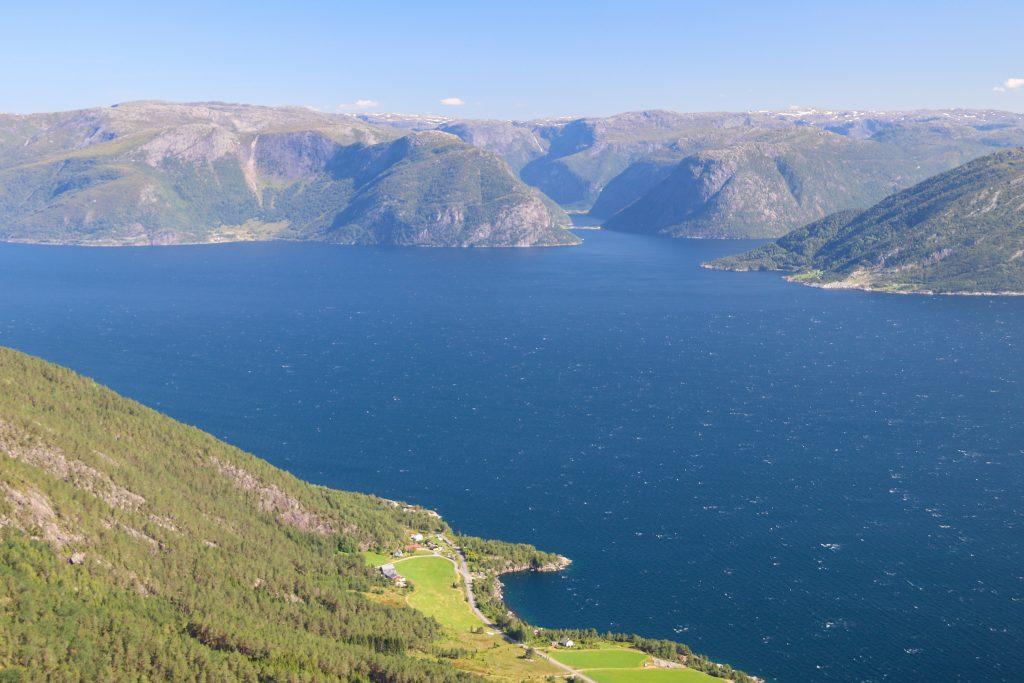 Utsikt fra Teigestølen mot Afsneset, Sognefjorden og Fuglsetfjorden.
