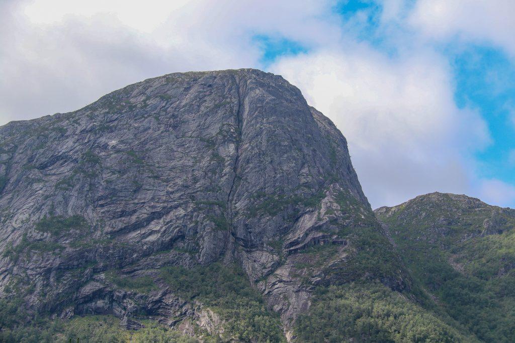 Fløyen med sine stupbratte fjellsider sett fra Vadheim.