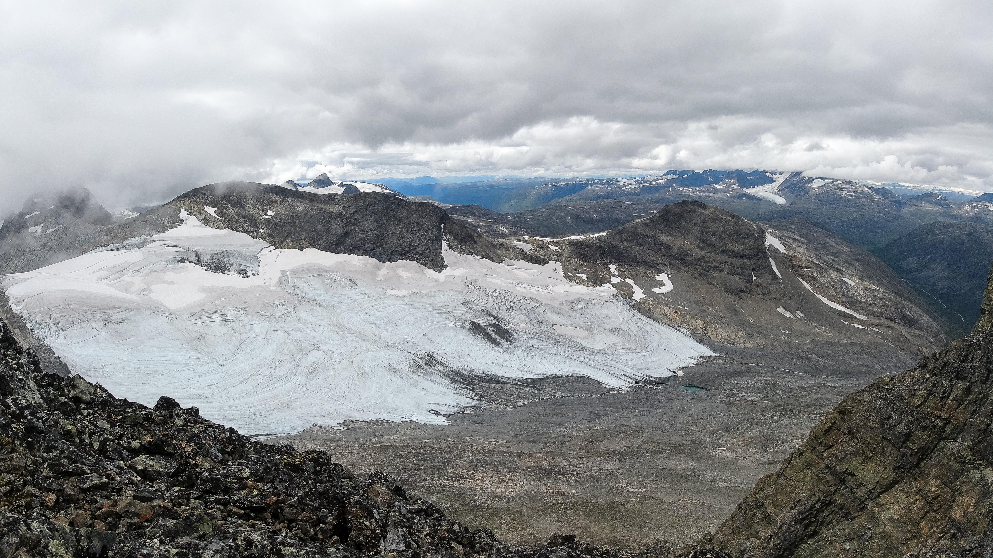 Utsikt fra Sagi (2.040 moh) ned mot Skogadalsbreen og Slingsbytinden (2.028 moh) Nordryggen til Uranostinden til venstre.