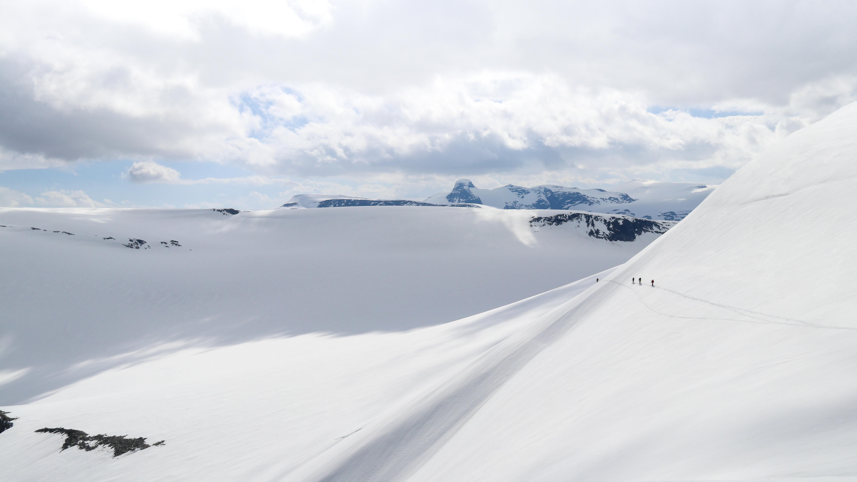 På vei ned Tungefjellet (1.802 moh) over Tindefjellbreen.