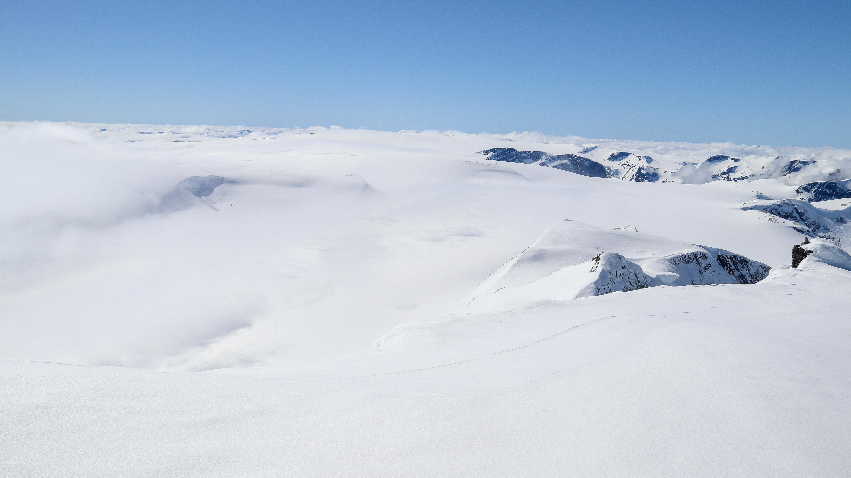 Utsikten fra toppen av Lodalskåpa sør over Jostedalsbreen er et imponerende skue.