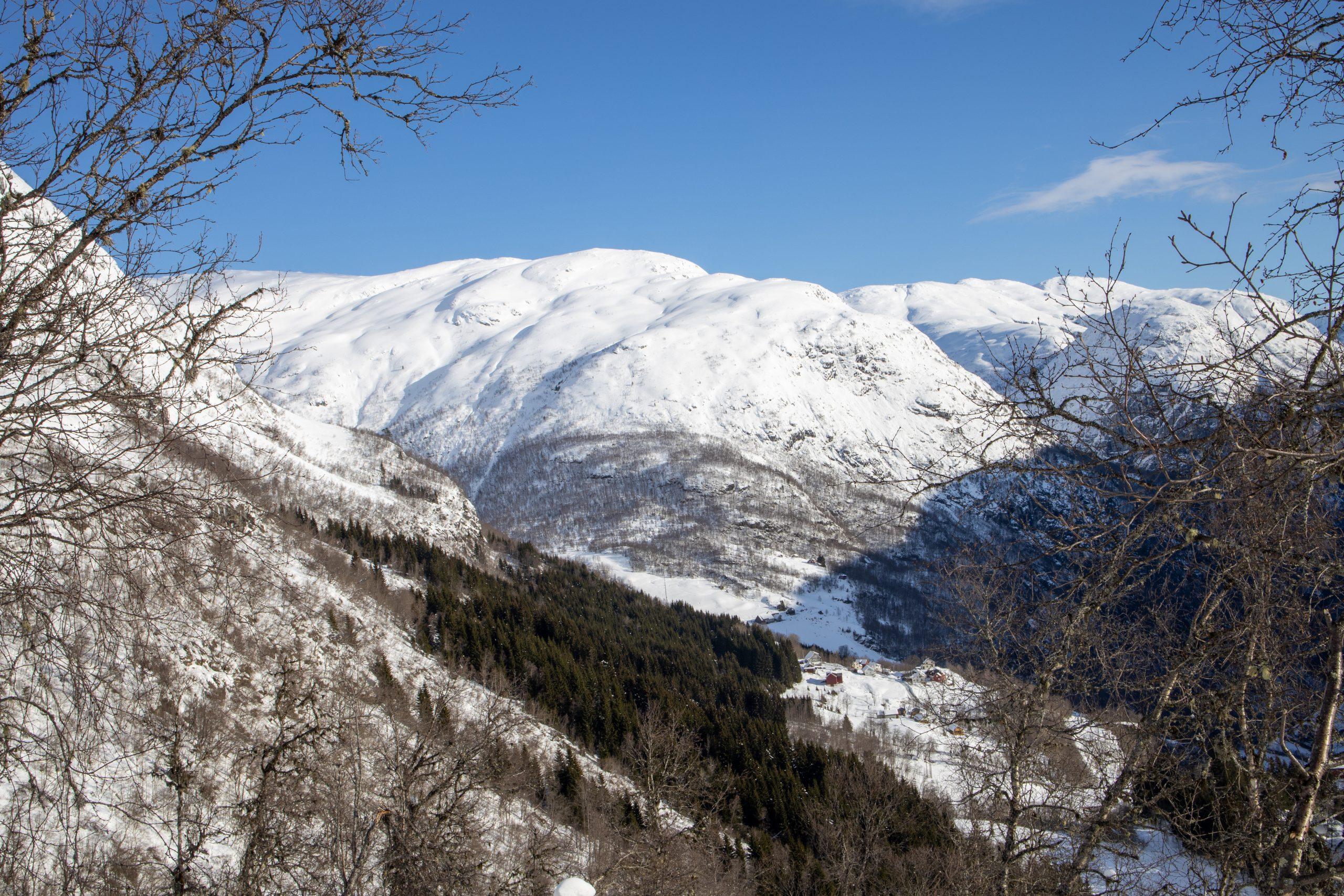 Utsikt mot Sivlesnipa på vei opp fra Stalheim mot Brekkenipa.