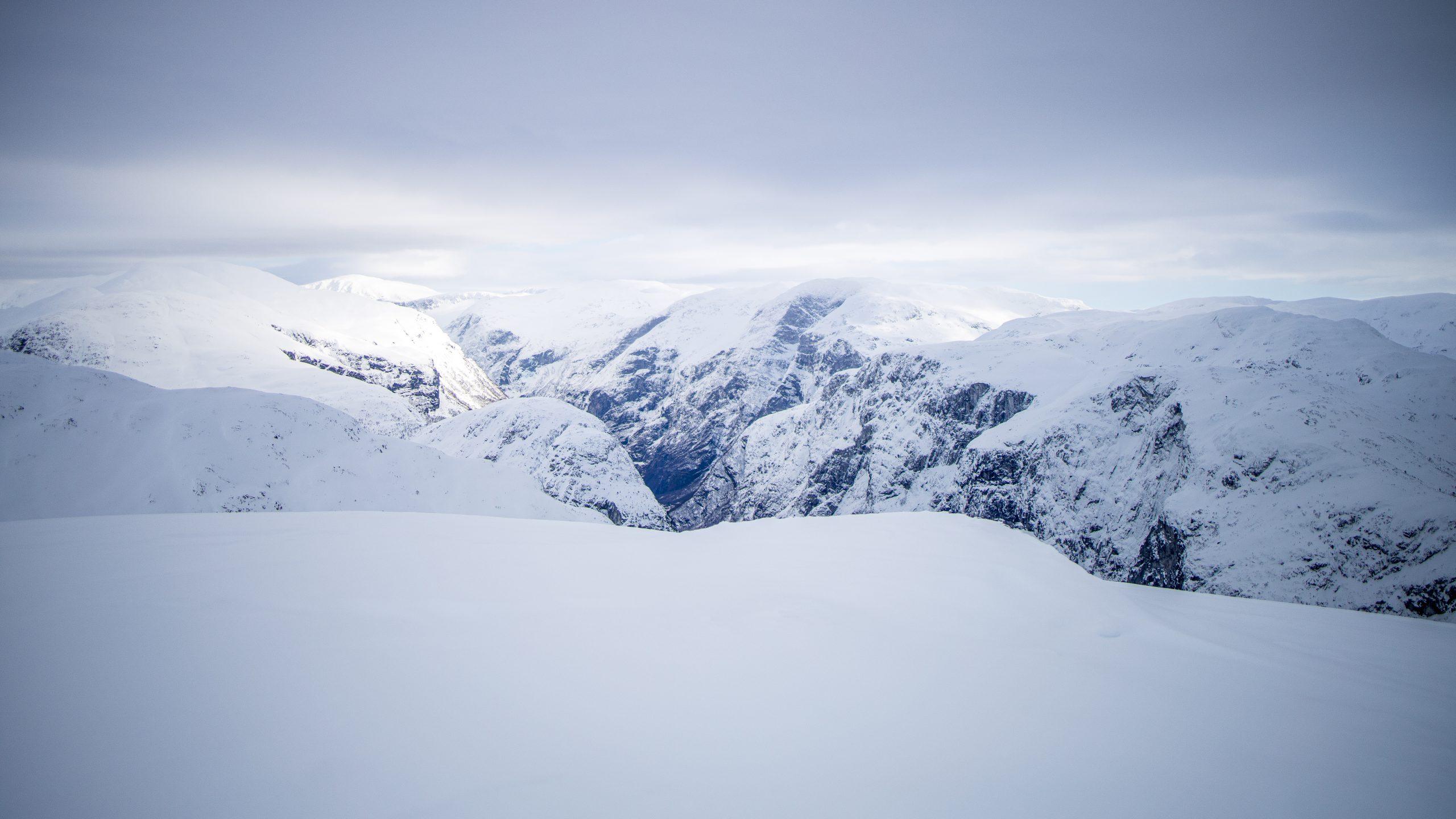 Topp på topp omkranser den dype Nærøydalen, her sett fra Brekkenipa.