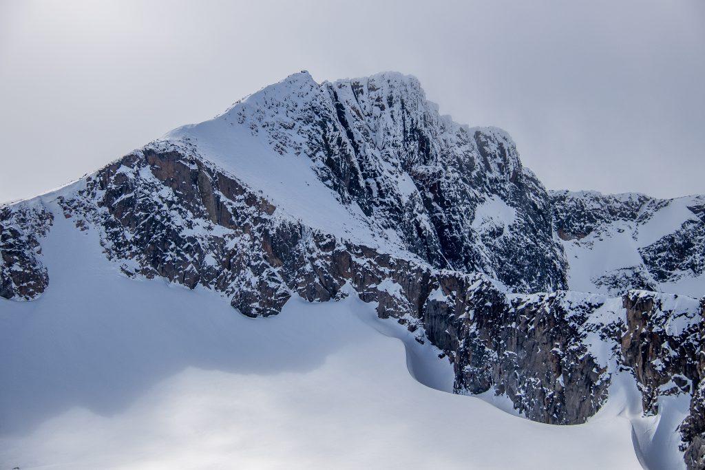 Fra Høgdebrotet kan en fortsette turen mot Steinflytinden og Tjønnholstinden (2.331 moh).