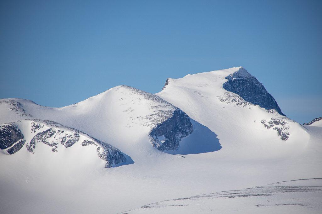 Konkurrenten Galdhøpiggen (2.469 moh) tar seg godt ut fra Glittertinden (2.457 moh).