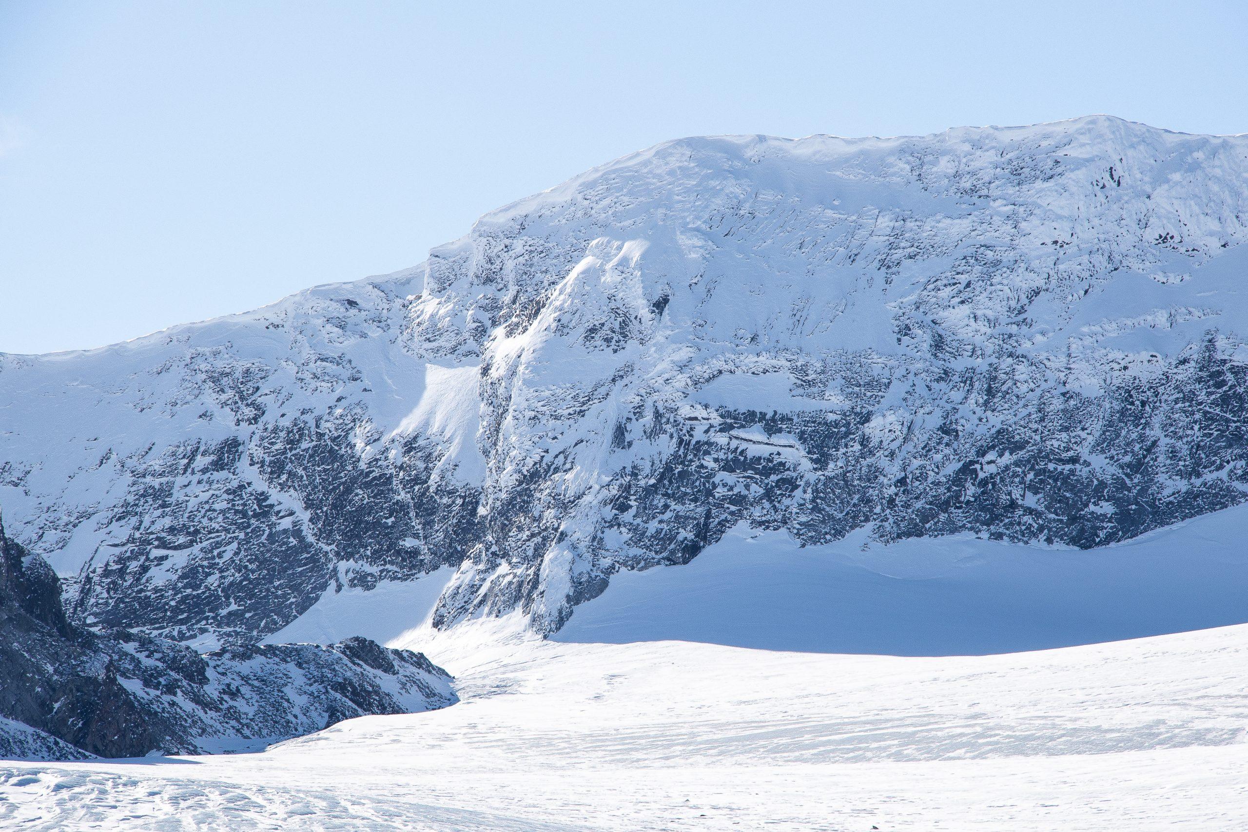 Glittertinden (2.457 moh) med sine nordvendte stup ned mot Grotbrean.