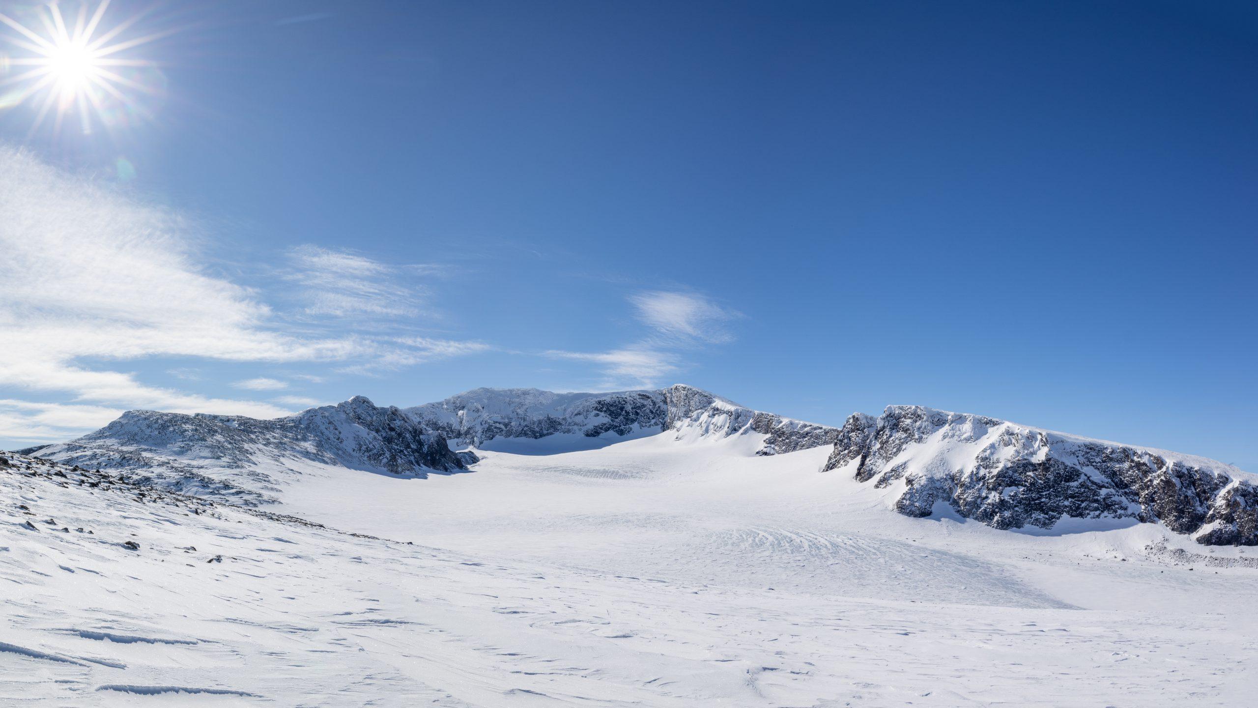 Utsikt fra ryggen opp mot Trollsteinrundhøe mot Grotbrean, Trollsteineggje og Glittertinden.
