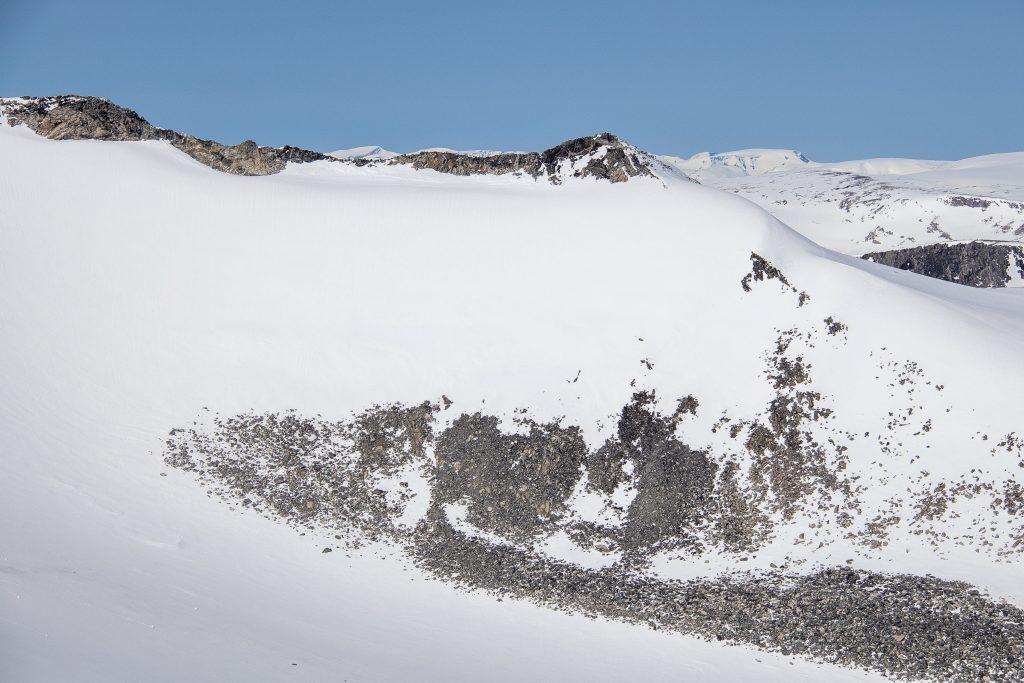 Fjellryggen som strekker seg ut nordover fra Midtre Hestbreapiggen.