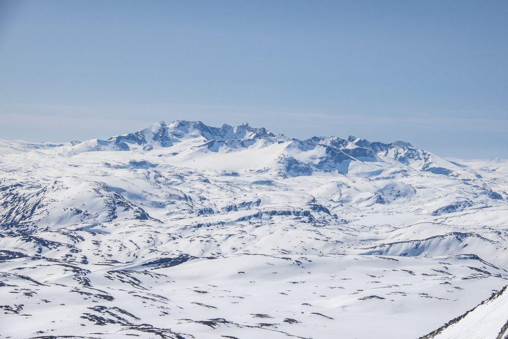 Utsikt fra Midtre Hestbreapiggen mot Hurrungane og Sognefjellet.