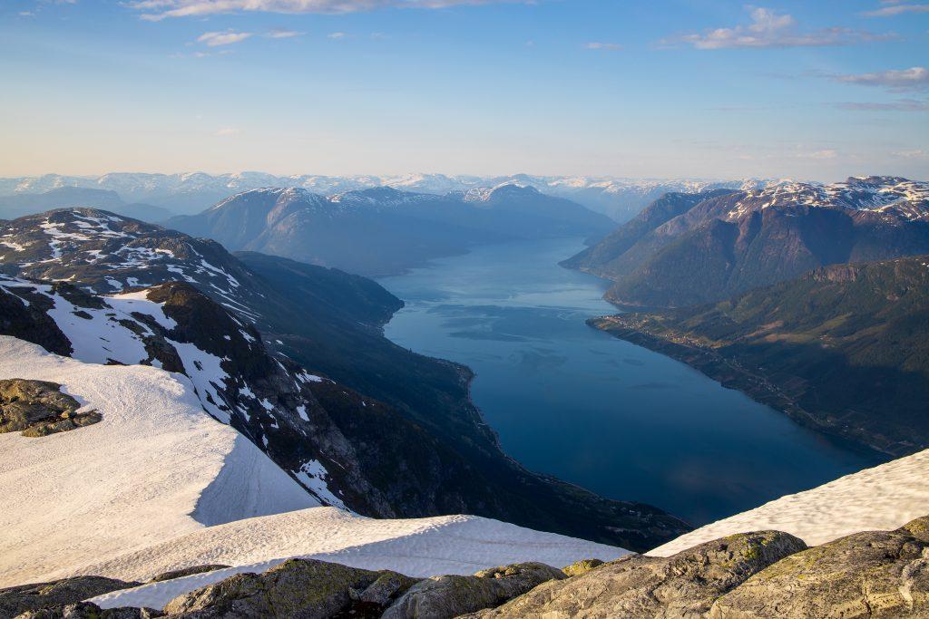 Fra Vardaskarvane er det flott utsikt ut Sørfjorden og mot Kinsarvik.