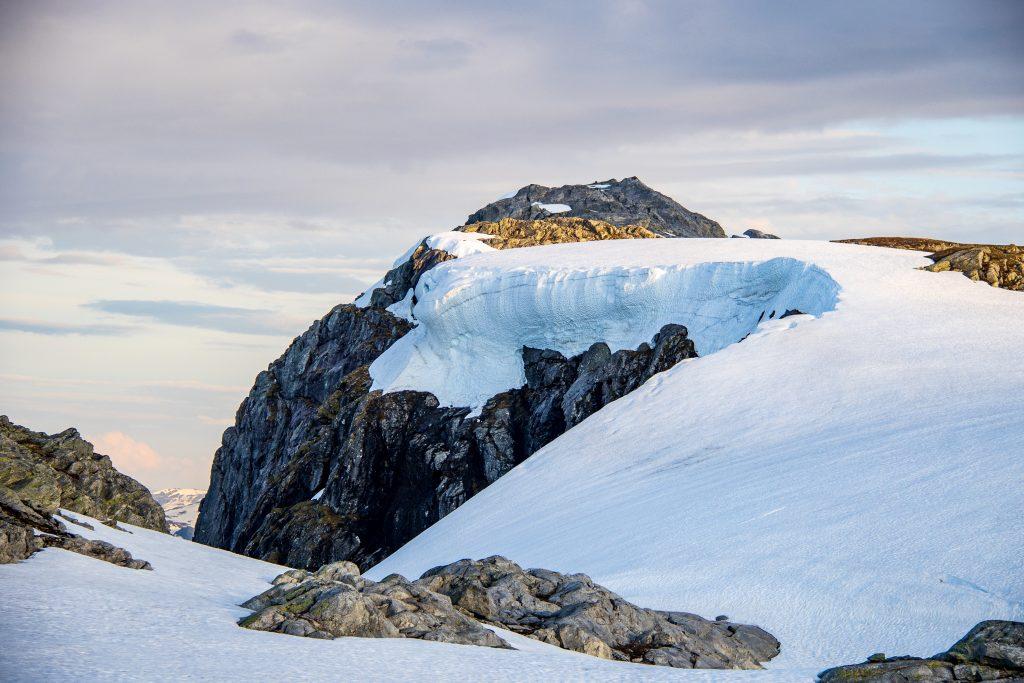 Vardanuten (1.506 moh) har flott utsikt over Sørfjorden og mot Folgefonna.