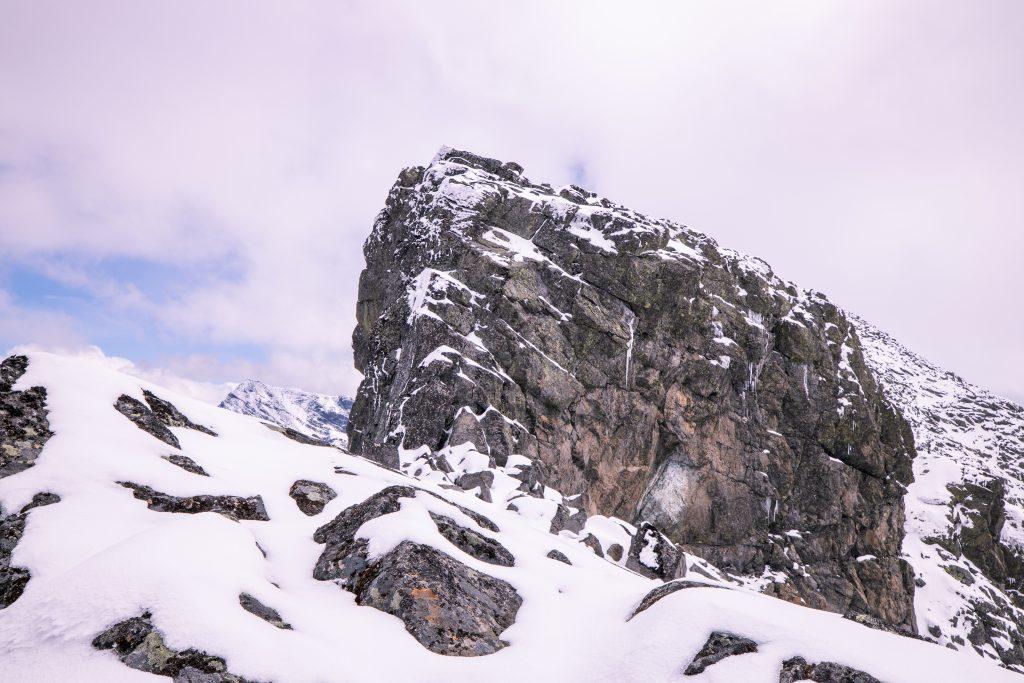 Den siste av tre hammere som klatres opp vestryggen til Skardstinden.