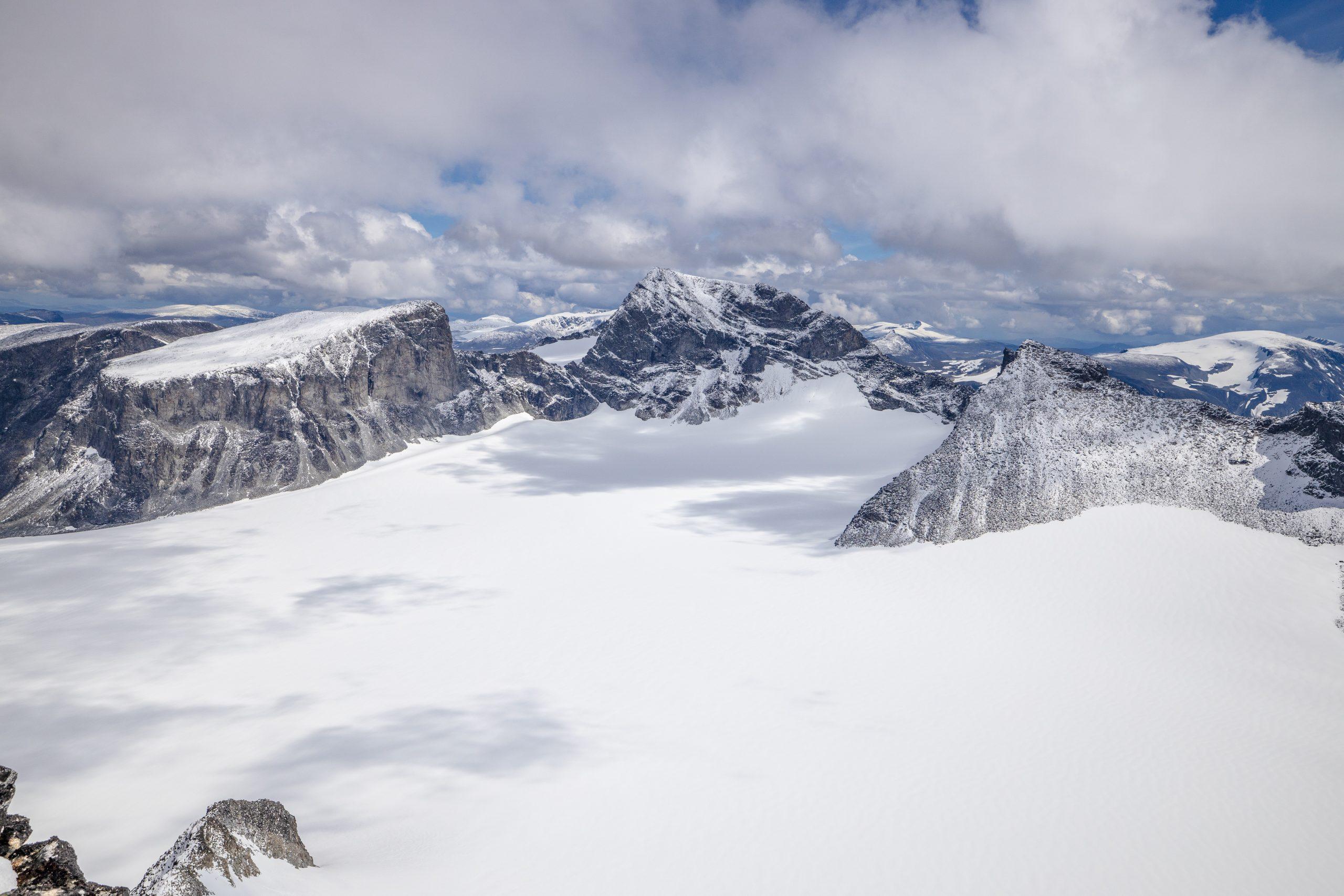 Utsikt fra Skardstinden mot Veslepiggen, Galdhøpiggen og Storjuvtinden. Storjuvbrean i forgrunnen.