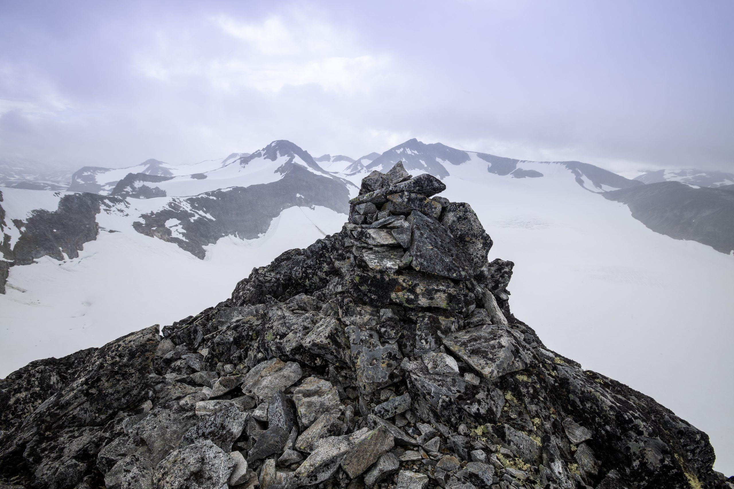 Toppvarden på Store Veotinden med Austre- og Store Memurutinden i bakgrunnen.