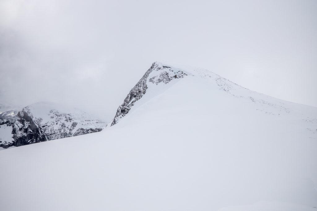 Veslebreatinden (2092 moh) sett fra nord.
