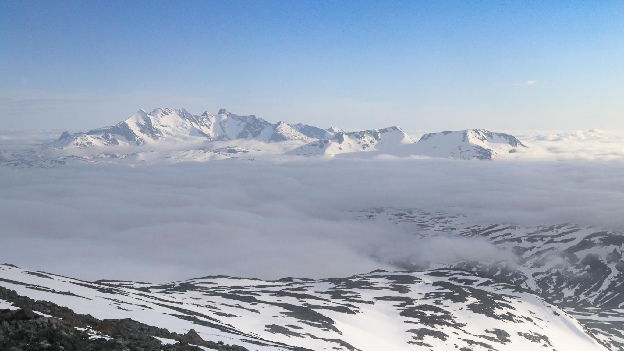 Utsikt fra Hurrbreatinden mot Sognefjellet og Hurrungane.