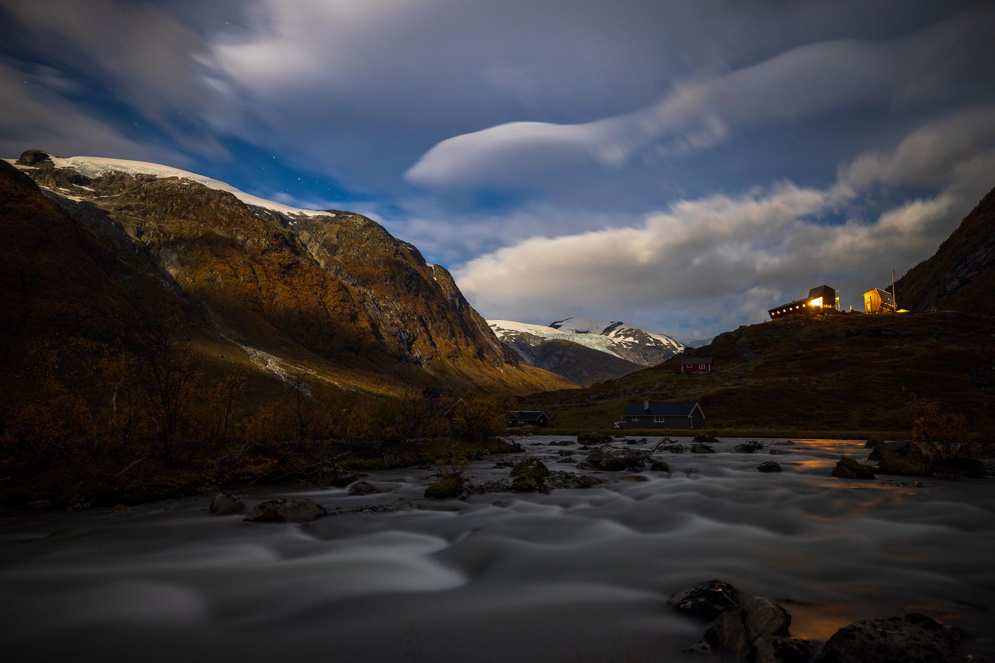 Tungestølen turisthytte ligger tett innpå flere av Jostedalsbreens dramatiske brefall.