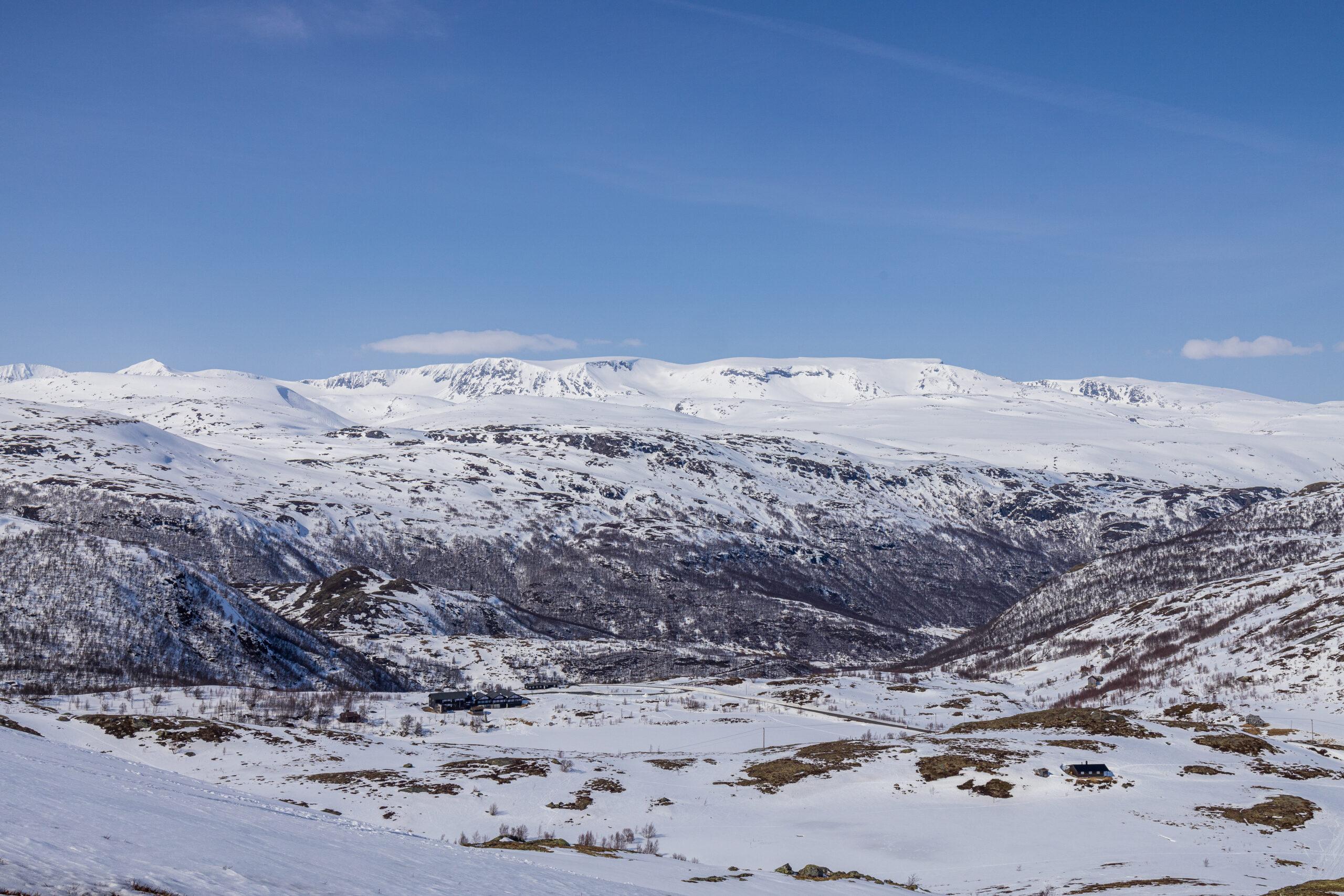 Jotunheimen Fjellstue med Hestbreapiggan i bakgrunnen.